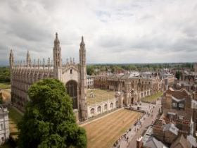 Aerial shot of King's College and King's Chapel in Cambridge, linking to a page on the city of 剑桥.