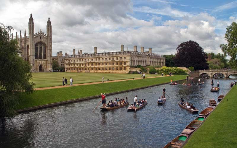 Tourists punting on the River Cam in front of Clare College and King's Chapel, 剑桥.